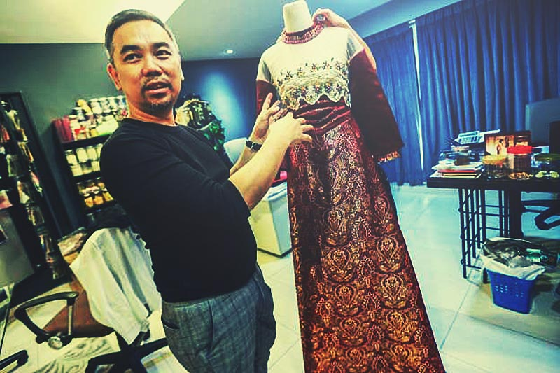 kl ho with his award winning cheongsam