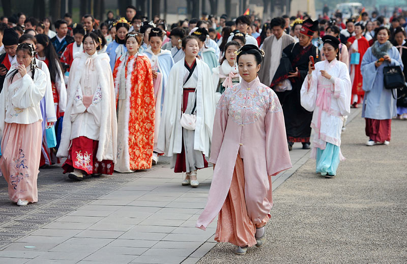 revival and modernization of ancient chinese clothing
